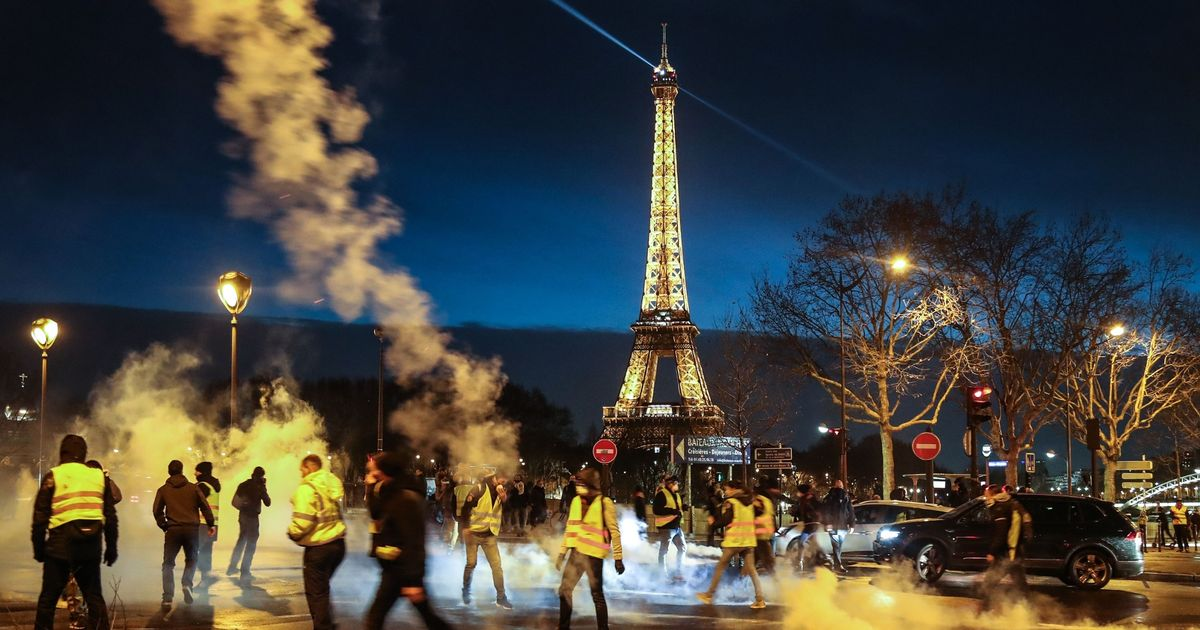 Yellow vests demonstrate in Paris for sixth Saturday as 142 protesters held