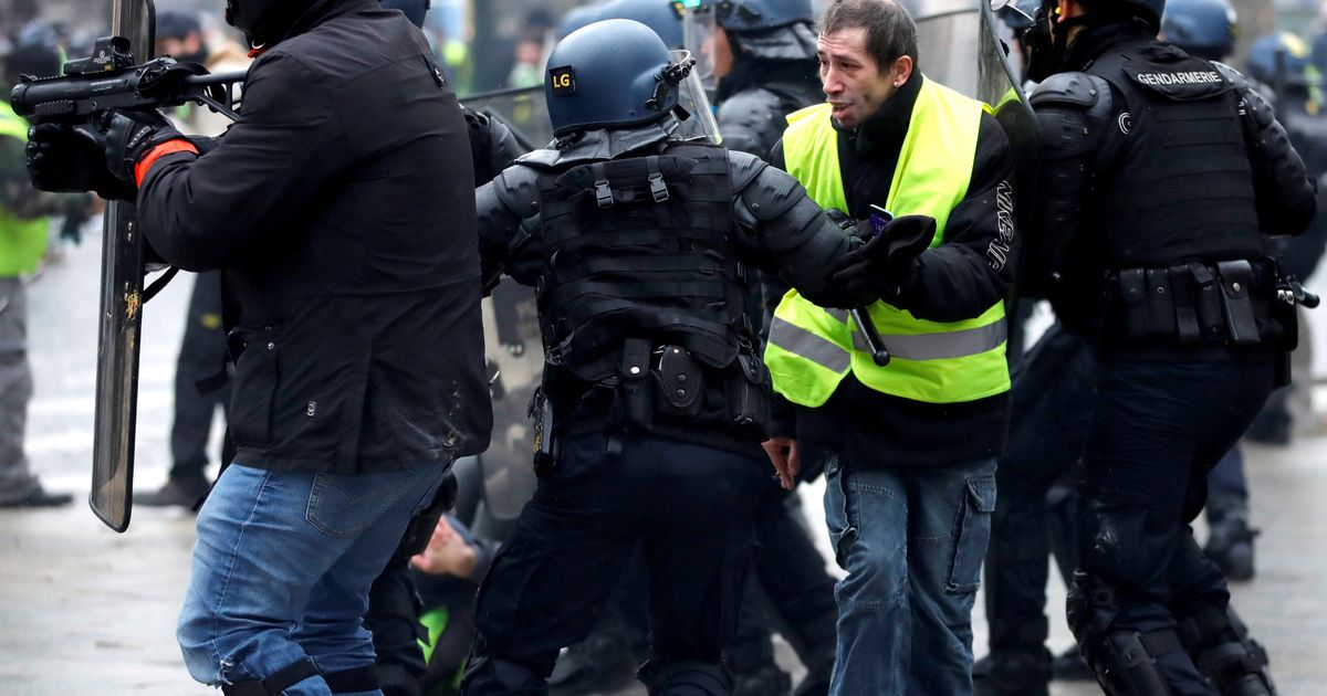 Yellow vest protesters clash with French riot police in fifth weekend of demos