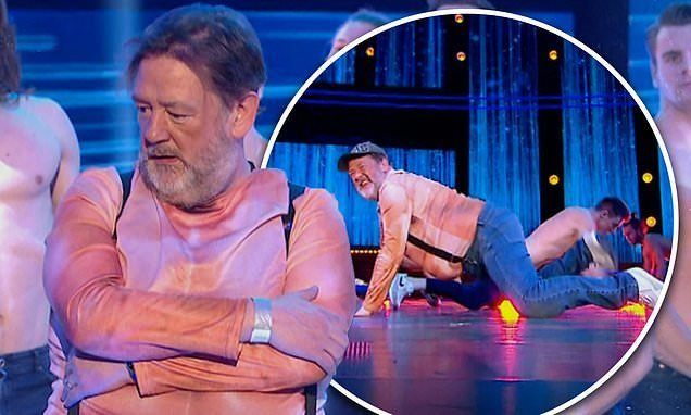 Viewers left in stitches as Johnny Vegas gatecrashes Magic Mike show