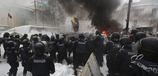 Ukrainians injured as police dismantle Kiev 'tent city'