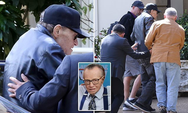 Larry King goes into cardiac arrest after suffering a heart attack
