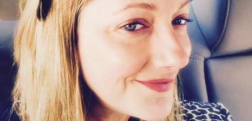 Can Grownups Wear Hair Bows? Actress Judy Greer Proves Yes!