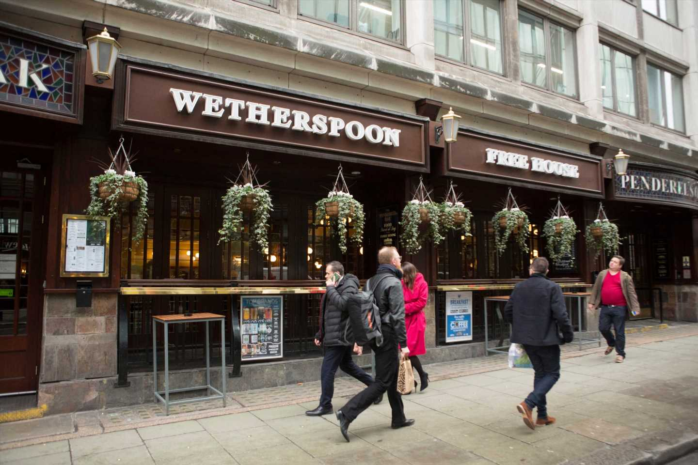 The Facebook groups where strangers send each other FREE Wetherspoons drinks and food