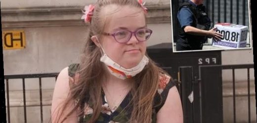 Activist with Down´s syndrome delivers petition to Downing Street