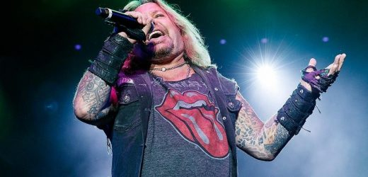 Mötley Crüe singer Vince Neil cuts solo gig short after voice gives out: 'I'm sorry, guys'