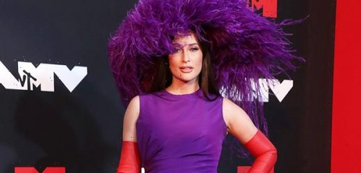 Kacey Musgraves Wows In Purple Mini Dress & Gloves At VMAs — Photos